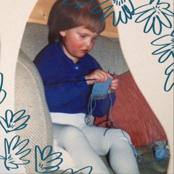 Mitt favoritt bilde, 4 år med strømpebukse og strikkepinner.